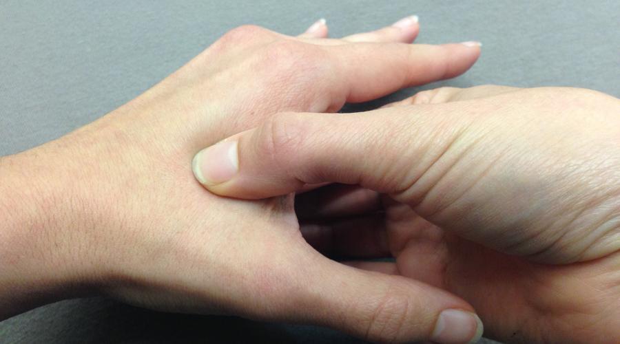 Точечное воздействие Некоторые энергетические процессы организма можно активировать путем мануальной стимуляции определенных точек. Не нужно быть гуру китайской медицины, тут все предельно просто. Разомните мочки ушей, разотрите аккуратно всю ушную раковину. Ногтями больших пальцев пройдитесь по подушечкам остальных пальцев, потрите ладони друг о друга, помассируйте виски — все это вас взбодрит получше энергетика.
