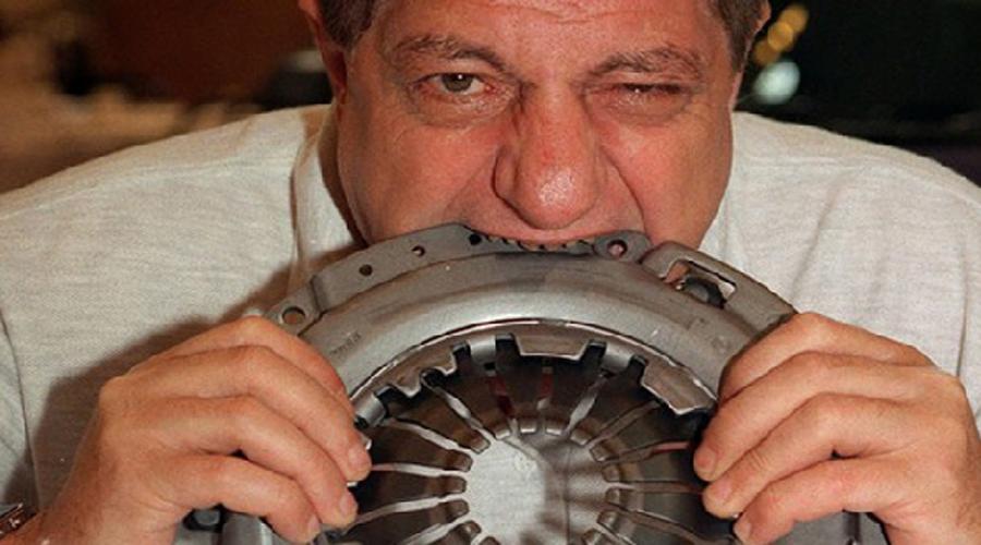 Мишель Лотто Стальной желудок Не пытайтесь повторить дома достижения этого парня. Мишель «стальной желудок» Лотто обладает уникальной способностью переваривать все на свете, от резины до металла.
