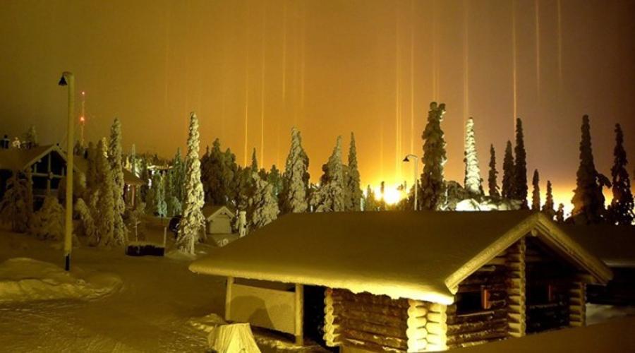 Световые столбы Чтобы увидеть это чудо природы, туристу придется забраться на крайний Север. Кроме того, световые столбы появляются только во время очень холодной погоды — такую выдержит не каждый. Но зрелище действительно стоит всех перенесенных тягот: свет отражается от сформированных прямо в воздухе кристалликов льда и вокруг из пустоты рождаются колоссальные столбы света.
