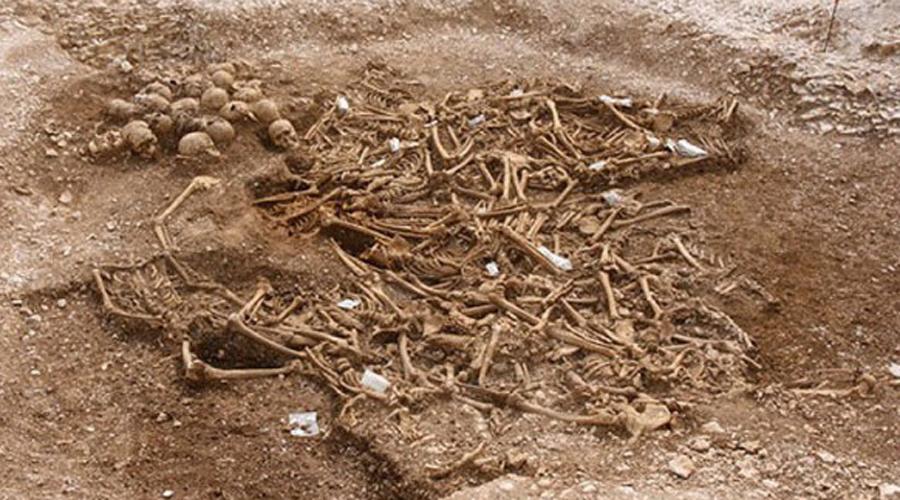 Всадники без головы Только не всадники, а викинги. В 2010 году археологи раскопали могильник на территории графства Дорсет. Массовое захоронение испугало даже видавших все на свете исследователей: 54 безголовых тела даже атеиста заставят перекреститься. Историческое расследование привело ученых к мысли, что перед ними открылась картина страшного побоища англосаксов и викингов. Последние проиграли, а пленные, скорее всего, были казнены. Но вот в чем загвоздка: черепа 30 воинов покоились рядом с телами. Куда пропали еще 24?