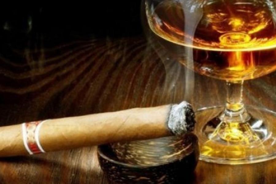 Превентивные меры Во-первых, примите за непреложное правило постоянно следить за осанкой. Во-вторых, бросайте уже курить. Дело в том, что курение значительно увеличивает риск остеопороза позвоночника. Отсюда и постоянные боли в нижней части спины. В третьих, ограничьте употребление алкоголя. Само по себе спиртное на спину никак не влияет, зато негативно воздействует на нервную систему. От этого даже незначительная боль воспринимается сильнее.