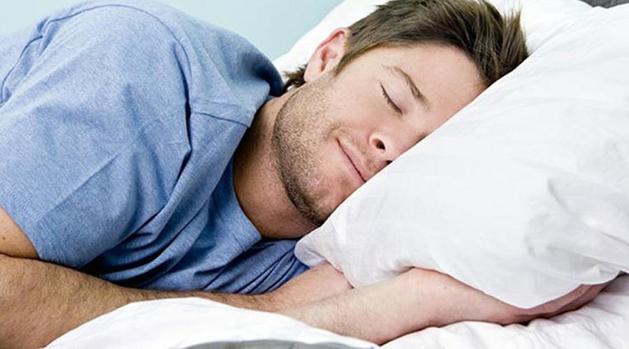 Миоклонические судороги Знакомы ощущения, когда на грани глубокого сна все мышцы тела внезапно дергаются, будто при ударе током? Дело в том, что в постеле резко снижается частота дыхания, да и пульс замедлен. Совокупность этого состояния мозг однозначно трактует как предсмертное и торопится спасти тело таким вот шоком.