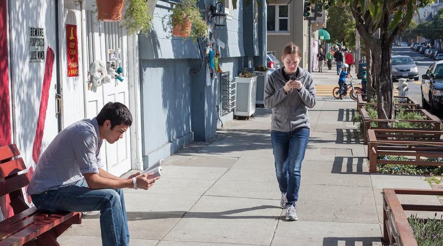 Либо телефон, либо ходьба Психолог Мурали Кришнан утверждает, что ходьба и использование телефона одновременно требуют больших объемов когнитивных усилий. В результате вы просто не успеете среагировать на возможную опасность — увернуться от потерявшего контроль автомобиля, к примеру, будет и вовсе невозможно.