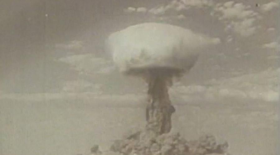 Атака с воздуха Через полчаса после взрыва в атаку пошли самолеты. Пилоты прошли прямо сквозь «ножку» ядерного гриба — радиоактивного облака было просто не миновать. Датчики в кабинах показывали 3000 микрорентген в час. Максимально допустимая доза составляет всего 50 микрорентген в час.