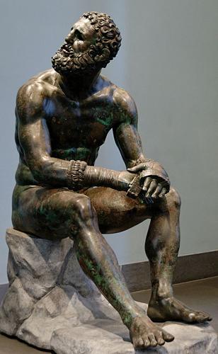 Цестус Можно сказать, что кастет придумали еще римские гладиаторы. На арену они выходили обмотав руки кожаными ремнями с вставками из железных пластин. Такая своеобразная перчатка звалась цестусом, и развитие его привело к возникновению не только современного кастета, но и боксерских перчаток.