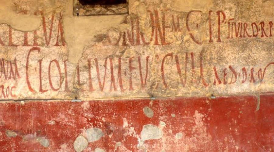Римское граффити Традиция писать и рисовать на стенах была широко распространена по всей территории Римской империи. Но если в столице люди чаще уродовали постройки политическими воззваниями к народу, то на периферии стены пестрели рекламными объявлениями, проклятиями должникам и откровенно лживыми надписями вроде «Цезарь — вор». Все как у нас!