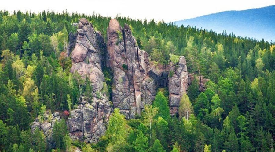 Заповедник Столбы Почти на самой границе Красноярска расположен знаменитый заповедник «Столбы». Сюда приезжают полюбоваться на огромные каменные скалы, высота которых достигает целых ста метров. В 1624 году экспедиция казаков открыла это место: неподалеку даже была выстроена крепость, долгое время помогавшая удерживать контроль над всем районом.