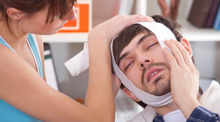 Зубная боль Конечно, лучше сразу отправиться к стоматологу, а самолечение оставить кому-нибудь другому. Но где взять стоматолога глубокой ночью? Купировать зубную боль на время поможет слабый раствор соли: подержите его в рту, прополоскайте между зубов и тщательно промойте рот. До утра точно продержитесь!