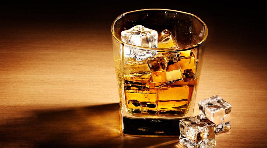 Виски Лет десять тому назад врачи с удивлением обнаружили, что виски является прекрасным источником чудесной эллаговой кислоты, способной убивать раковые клетки. Полезная штука! Однако, как лекарство буржуйский напиток использовать все же не стоит. Концентрация этанола в виски очень высока — вот почему пьянеешь от него быстро.