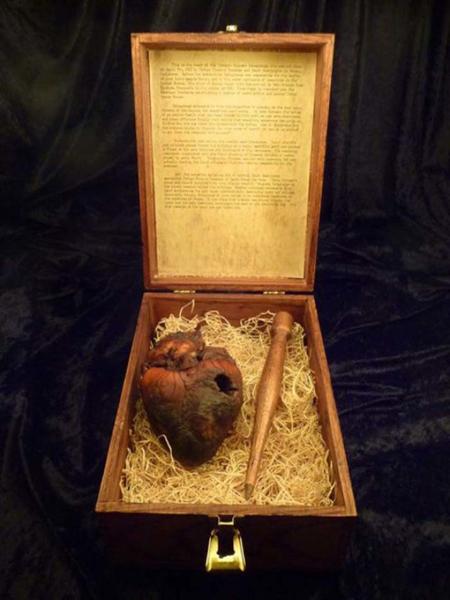 Сердце вампира На этом фото вы видите сердца Огюста Делагранжа — его в начале XX века обвинили в вампиризме. Рассказывают, будто этот самый Делагранж убил и высосал кровь из 400 человек, а затем некий католический священник поймал его и пробил сердце. Шкатулку с колом и органом продали на аукционе за 3 миллиона долларов.