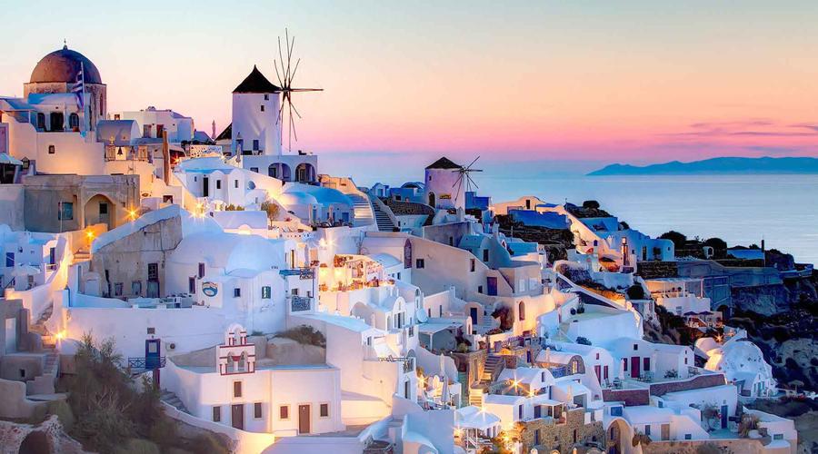 Санторини Греция Самое популярное круизное направление Греции изо всех сил пытается защитить окружающую среду и инфраструктуру от груза внимания туристов. Недавно муниципалитет ограничил число туристов в 8000 человек в день, но это все еще очень большая цифра.