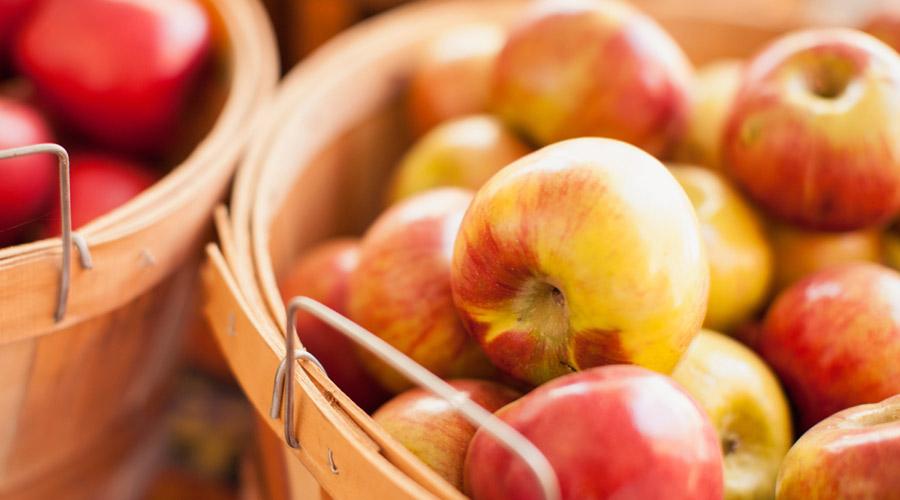 Правильное питание Чаще всего проблема сонливости возникает из-за неправильного питания. Большие порции излишне калорийной пищи заставляют вас чувствовать себя усталым постоянно. Начинайте утро с вареного яйца и зелени. Для перекуса берите с собой миндаль, кешью и фрукты — все это наполняет человека энергией. Ешьте не меньше пяти раз в день: небольшие порции позволят постоянно поддерживать высокий уровень энергии.