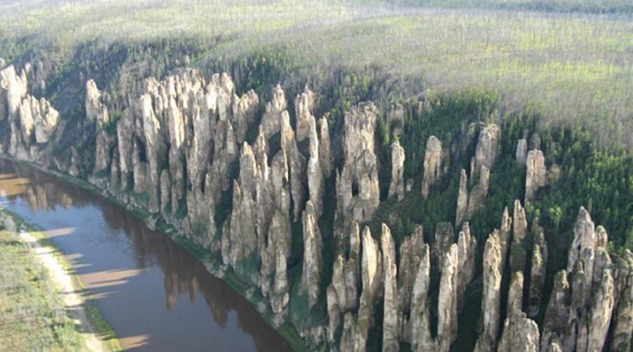 Ленские столбы Местные жители прозвали эти столбы «Каменным лесом». Нам же кажется, что невероятный каменный частокол, расположенный неподалеку от Якутска, напоминает скорее башни средневекового замка.