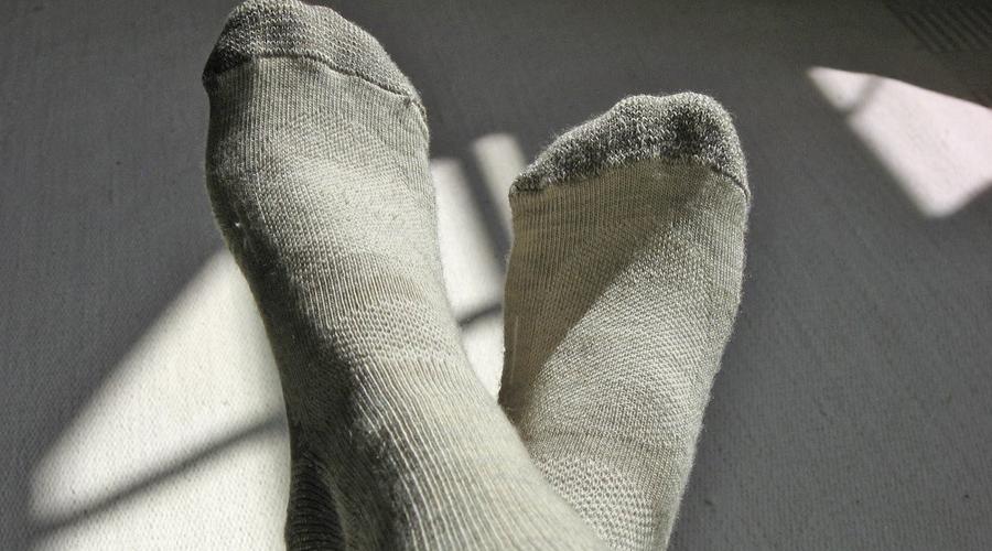 Правильная одежда Чтобы температура тела не падала слишком быстро в холодных условиях, надевайте одежду из шерсти вместо хлопка. Она поглотит больше влаги, оставляя вашу кожу сухой. Соотвественно, и мерзнуть вы будете гораздо меньше.
