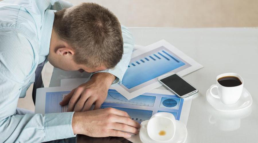Перерыв на сон Вы наверняка замечали, что после обеда и около 6 часов вечера хочется вздремнуть. Не нужно этому противиться: так устроен наш организм. Уделите 20 минут обеденного перерыва сну — эта короткая перезагрузка поддержит высокий уровень энергии до самого вечера.