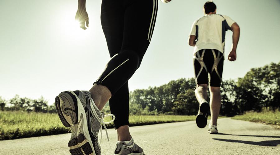 Время тренировки Оставляйте для беговых тренировок свободные вечера. Оптимальный промежуток времени — с 19:00 до 20:00. Мышцы все еще готовы к работе, а без подпитки организм будет вынужден быстрее переходить с гликогена на жир. Утренние пробежки чуть менее эффективны, зато приятным бонусом дают заряд энергии на весь день.