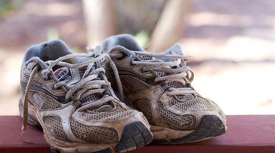 Свежая обувь Кроссовки после пробежки нужно выставлять за дверь, иначе запах может распространиться на всю комнату. Впрочем, есть и более легкий метод: положите в кроссовки немного соли и подождите. Соль впитает влагу, а вместе с ней и неприятный запах.
