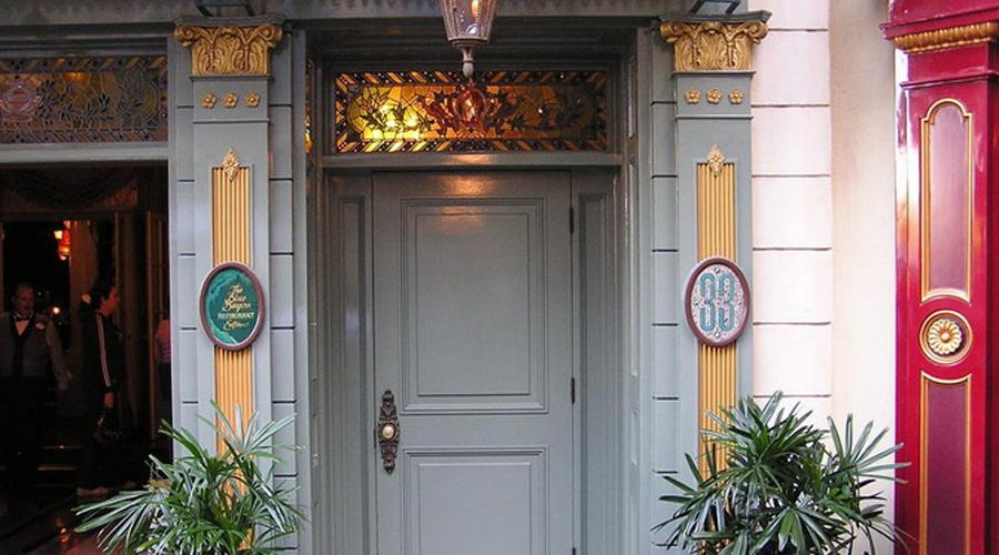 Клуб 33 Небольшая дверь спрятана в самом большом Диснейленде Америки, во Флориде. За ней скрывется так называемый «Клуб 33», члены которого президенты, главы корпорации и их друзья-актеры.