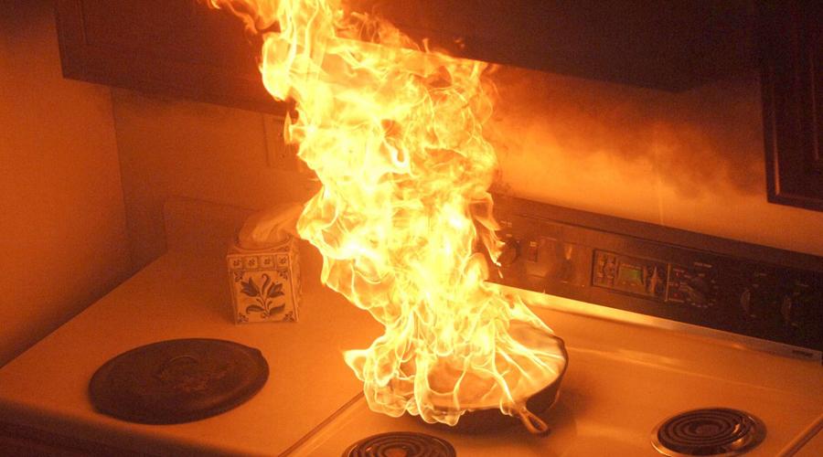 Вода при пожаре Никогда не используйте воду, если на плите начался пожар. Молекулы воды опускаются на дно горячей кастрюли, мгновенно испаряются и еще больше поднимают пламя. Используйте одеяло: накинув его на огонь, вы лишаете пожар доступа кислорода.