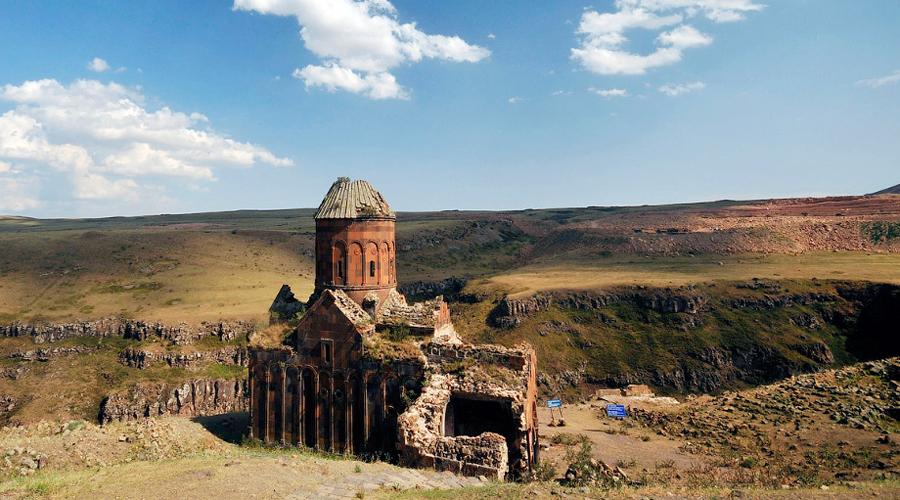 Ани Турция Город 1001 одной церкви был столицей Армении до 1045 года. Исследователи и сегодня поражаются величием местной архитектуры: древние зодчие создавали уникальные памятники, большая часть которых уже, к сожалению, разрушена.