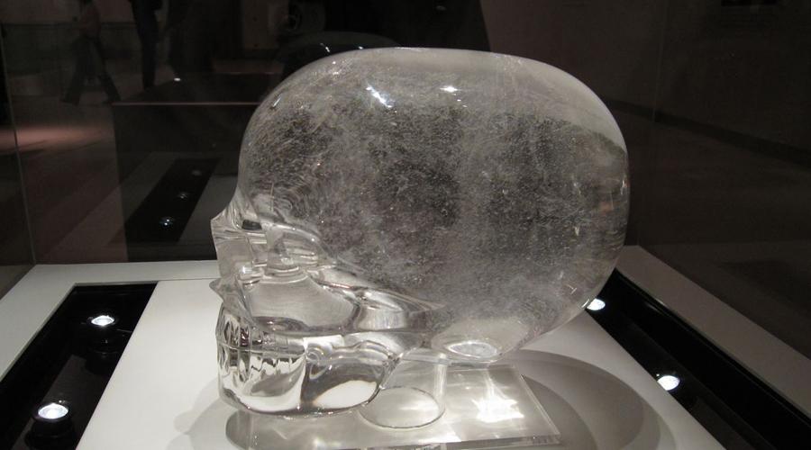 Хрустальные черепа Черепа из чистого хрусталя обнаружил в джунглях Центральной Америки английский исследователь Эжен Бабье. Никто до сих пор не может понять, каким образом древняя цивилизация смогла так чисто обработать хрупкий материал. Грешили было на «новодел», однако в начале XIX века аналогичное изделие из кварца притащил довольный как слон Фредерик Митчелл Хеджес — известный всему миру археолог, ставший впоследствии прообразом Индианы Джонса.