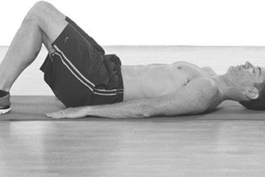 Лежачий канатоходец Ложитесь на спину, главное не засните. Руки в стороны на уровне плеч, ладони вниз. Поставьте правую ногу на пол, а пятку левой поднимите на носок правой. Разворачивайте таз влево, ноги остаются на месте, плечи плотно прижаты к полу. Теперь поворачивайтесь вправо. Поменяйте ноги и повторите — на каждую сторону должно прийтись по десять поворотов.