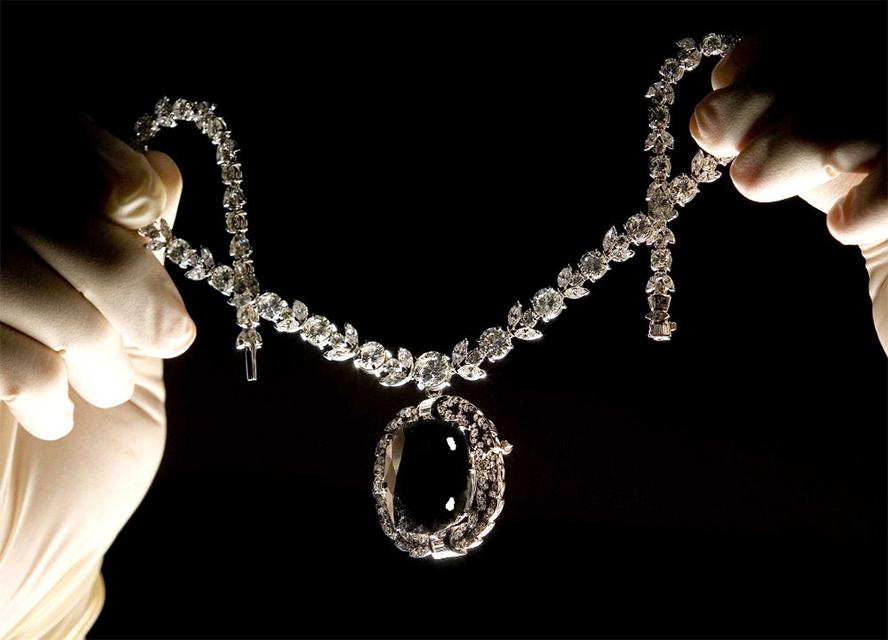 Алмаз Орлов Изначально камень назывался Глазом Брахмана. Он был похищен из индуистской святыни местным отшельником и в конечном итоге попал в Россию. Алмаз чаще всего оказывался в руках женщин, многие из которых затем кончали с собой.