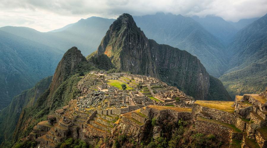 Мачу-Пикчу Перу Вновь открытый в начале XX века мистический город древних индейцев с каждым годом привлекает все больше туристов. Слабый местный муниципалитет просто не способен противостоять такому наплыву: город постепенно растаскивают на сувениры.