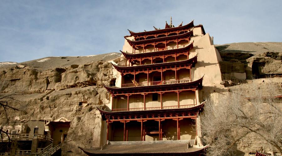 Грот Могао Китай А вот и еще одна китайская деревенька, которая уже не рада туристам. Здесь пытаются не допустить развала существующей вокруг достопримечательности инфраструктуры, ограничив доступ туристов. К сожалению, спохватились китайцы слишком поздно.