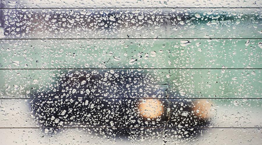 Запотевание стекол Между двойными рамами стеклопакетов можно поставить маленькую плошку соли и окна больше не будут запотевать никогда. Дело в том, что соль просто идеально впитывает влагу.