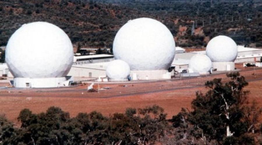 Пайн-Гэп Считается, что Пайн-Гэп в Австралии выполняет те же функции, как и Зона 51 в США. Это единственное место на всем материке, над которым закрыты воздушные коридоры. Считается, будто сегодня специалисты Пайн-Гэп разрабатывают программы по созданию боевых роботов на основе инопланетных технологий.