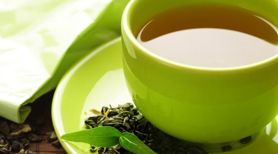 Зеленый чай Зеленый чай содержит большое количество антиоксидантов. Кроме того, этот напиток способствует снижению уровня сахара в крови и потому считается прекрасным средством для ускорения метаболизма.