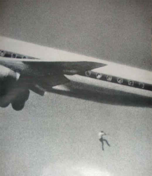 Кит Сапсфорд Бедняга очень хотел путешествовать, но денег у молодого парня не было. 22 февраля 1970 года Кит пробрался в отделение для шасси стоявшего на взлетной полосе самолета. Удержаться за стойку парень не смог: он выпал при взлете, а один из фотографов успел сделать «удачный» снимок.
