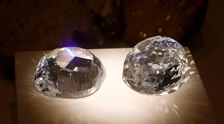 Кохинур Знаменитый Кохинур считается проклятым алмазом. Великолепный камень на 109 карат по легенде был украден у самого Кришны, и его в самом деле преследует необъяснимая череда странных и пугающих событий. К примеру, Шер Шах Сури из Индии был могущественным императором, победившим принца Хумаюна. Получив в руки алмаз Кох-и-Нур, он погиб в результате мятежа. Его сын Джалал-хан был убит своим собственным зятем.
