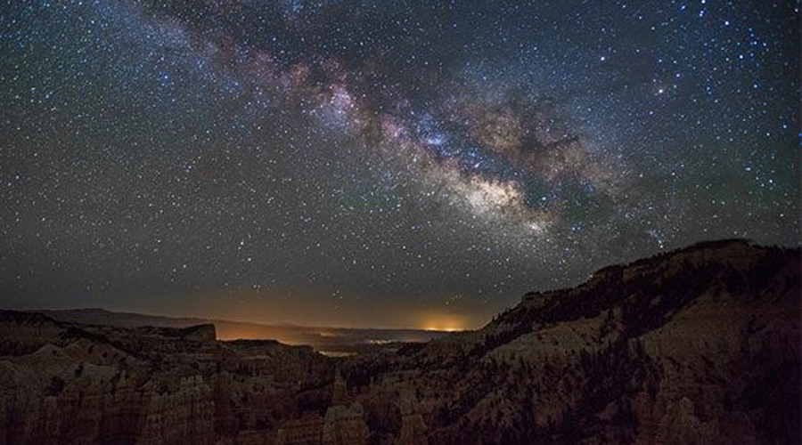 Источник темной материи Совсем недавно астрономы и физики с удивлением поняли, что одна из самых ярких галактик Млечного пути, галактика Драгонфлай 44, на 99% состоит из темной материи. Более того, физики даже обвиняют ее в «нападении» на другие галактики — кто знает, чем кончится эта экспансия.