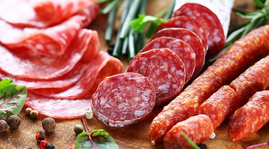 Грамотная диета Горячо любимые многими продукты из переработанного красного мяса опасны для здоровья. Прекращайте радовать своего внутреннего обжору: 50 грамм сосиски, бекона или чего-то подобного в день означают, что вы собственноручно повышаете шансы онкологических заболеваний на целых 18%.