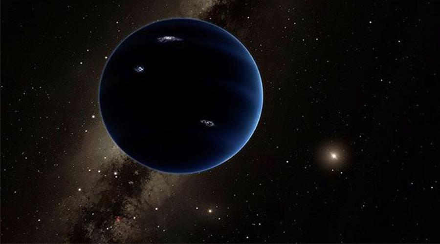 Еще одна планета В 2016 году ученые в Калифорнийском технологическом институте вычислили, что почти наверняка девятая планета находится далеко за пределами Плутона. Рассчитав движение гравитационных волн, астрономы поняли и размеры возможного «пополнения» в Солнечной системе. Девятая планета примерно в 15 раз больше Земли, а до Солнца от нее всего каких-то 240 триллионов километров.