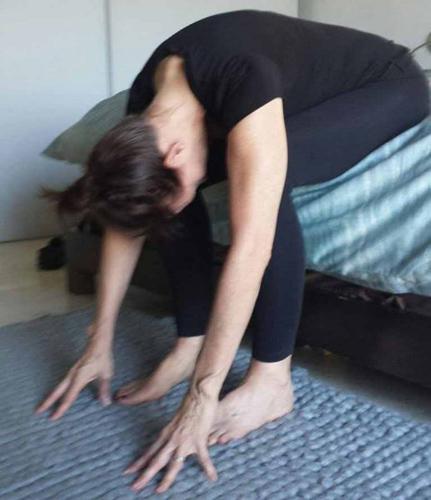Растяжка поясничного отдела Сидя на постели спустите ноги на пол. Наклоняйтесь вниз, стараясь кончиками пальцев дотронуться до пола. Статика в течение пяти секунд и можете вставать.
