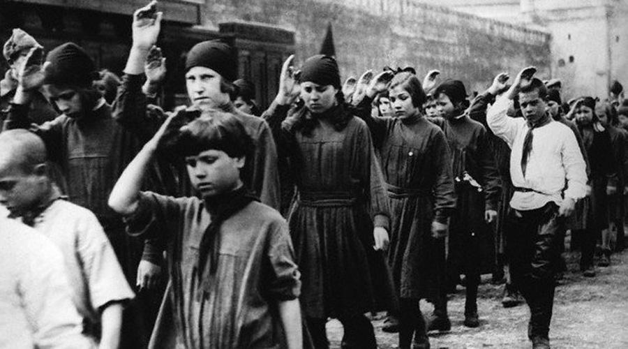 Не пионеры, а скауты Мало кто знает, что до самого 1917 года в России существовала довольно развитая скаутская организация. Примерно 50 тысяч скаутов очень пригодились во время хаоса гражданской войны, разыскивая беспризорников и оказывая поддержку в тылу. Кроме того, на территориях занятых Советской властью скауты сбивались в отряды так называемой детской милиции — то есть прошлое у пионеров самое боевое.