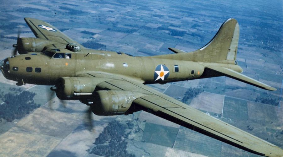 Boeing B-17 Flying Fortress АмерикаТяжелый бомбардировщик Знаменитая летающая крепость становилась все сильнее с каждым месяцем войны. Запас прочности B-17 был просто колоссален: известны случаи возвращения самолетов на базу с одним работающим мотором из четырех. Специальная тактика, при которой звено «Боингов» шло в шахматном порядке, защищая друг друга перекрестным огнем, делало их практически неуязвимыми.
