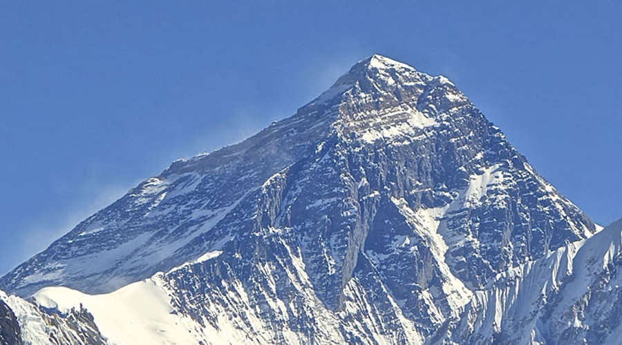 Китай и Непал На самой вершине самой высокой горы мира проходит граница между Китаем и Непалом. Правда, пересечь ее нелегально получится лишь у немногих альпинистов, так что никакой погранзаставы тут нет.
