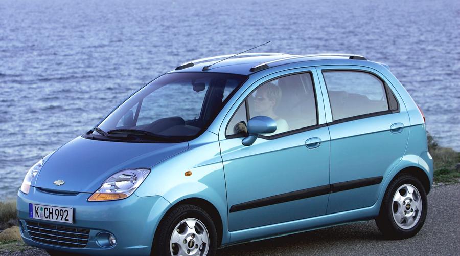 Chevrolet Matiz Классическая машинка городской леди по факту больше бы подошла бывалому автослесарю. Первые сюрпризы появляются уже на втором году службы, а в категории «до 7 лет» Matiz занял последнее место по надежности.