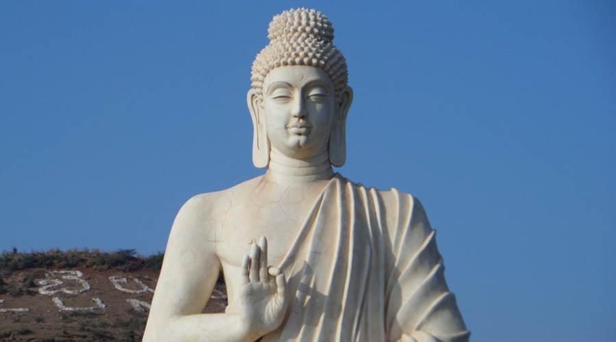 Япония Напрямую вежливые японцы практически ничего снимать не запрещают. Зато очень рекомендуют — и к этим рекомендациям отнестись внимательно, иначе неприятности вполне возможны. Не фотографируйте кладбища и уединенные алтари японских верований. В некоторых храмах нельзя снимать даже статуи Будды, но об этом обычно предупреждают заранее.