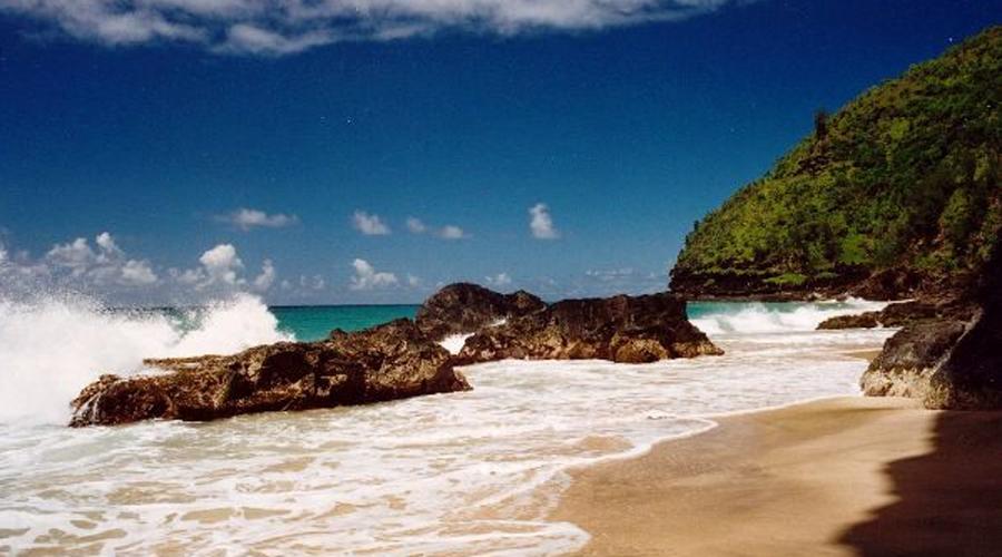 Пляж Ханакапяи Гавайи Расположенный на Гавайском острове Кауаи пляж Ханакапайи потрясающе красив. Есть у него и темная сторона — чрезвычайно сильные течения, которые могут вытащить даже отличных пловцов в море без шансов вернуться. По данным местных властей, с 1970 года здесь утонуло более 70 человек.
