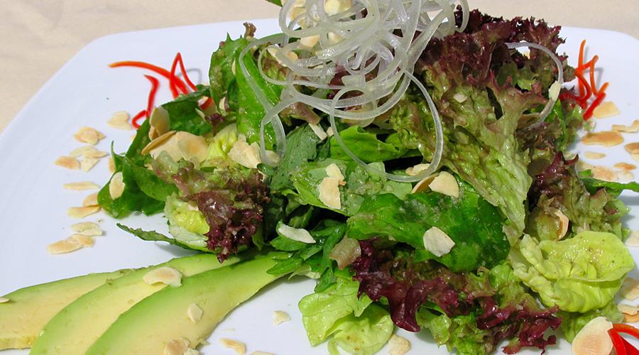 Зеленый полдник Приучите себя потреблять больше зелени, чем обычно. К примеру, идеальным решением будет заменить привычные большинству снэки на гораздо более здоровый салат. Заправьте его лимонным соком и оливковым маслом и ваш pH-баланс всегда будет в норме.