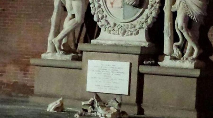 Статуя Геркулесов Кремона Статуя пары Геркулесов с гербом Кремоны в руках была гордостью всего города. Еще бы, ведь по легенде Кремону основал сам Геркулес! К сожалению, для туристов это ничего не значит. Пара мужчин забралась прямо на фигуры — закончилось все обломками.