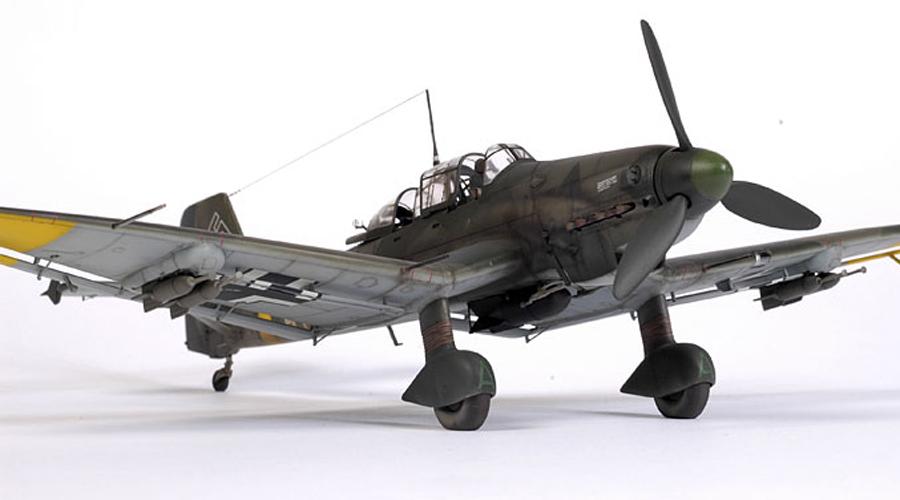 Junkers Ju87 Stuka ГерманияПикирующий бомбардировщик Ju87 стал первым высокоточным бомбардировщиком в небе Второй мировой. «Штуки» начинали бомбометание не с большой высоты, а из крутого пике — так было проще и точнее нацеливать бомбы. При атаке пилот включал так называемую «Иерихонскую трубу»: это устройство издавало пугающий противника вой.