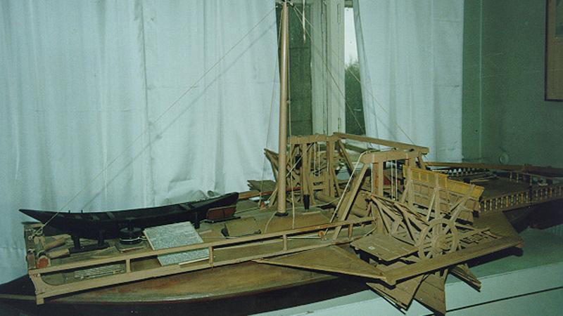 Водоход Так назвал Кулибин судно, способное двигаться за счет движения реки. Специальные деревянные колеса крутили деревянный же барабан, на который наматывался канат с якорем. Якорь забрасывался вручную вверх по течению. Водоходы (Кулибин сделал два корабля) двигались медленно, но зато позволяли исключить адский труд бурлаков. К сожалению, Екатерина II сочла бурлаков более дешевым «механизмом» — идея великого изобретателя так и не получила развития.