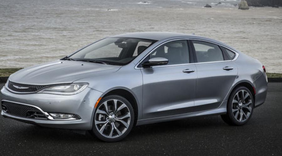 Chrysler 200 Красивый, что и говорить. Дизайнеры Chrysler явно сделали идеально красивую приманку, за которой скрывается сплошное разочарование. Несмотря на внешне большой кузов, Chrysler 200 сзади тесен, грешит слабой подвеской и в целом не вызывает никаких позитивных эмоций. Кроме того, проблемы в коробке передач были выявлены еще на стадии производства автомобиля — это уже к вопросу о надежности.