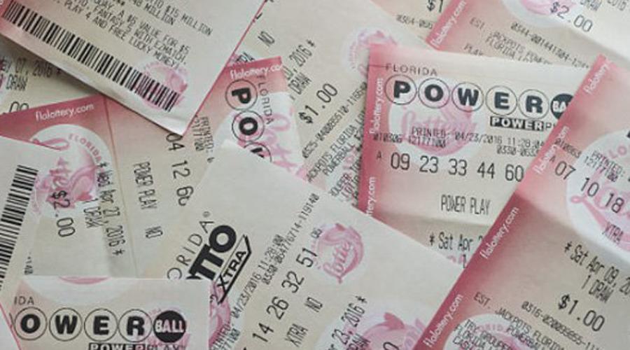 Джоан Р. Гинтер Кто-то играет в лотерею всю жизнь и не получает ничего. Другие время от времени срывают небольшой куш. Немногие счастливцы загребают все остальное! За всю жизнь Джоан Р. Гинтер выиграла в лотерею целых четыре раза. Да не какие-то там мелочи: первый выигрыш составил 5 миллионов долларов, второй 2, третий 3, а в в 2008 году Джоан под крики охрипших от зависти родственников и друзей забрала из банка целых 10 миллионов.